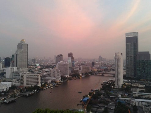 チャオプラヤ川を眺めるバンコクの夕焼け