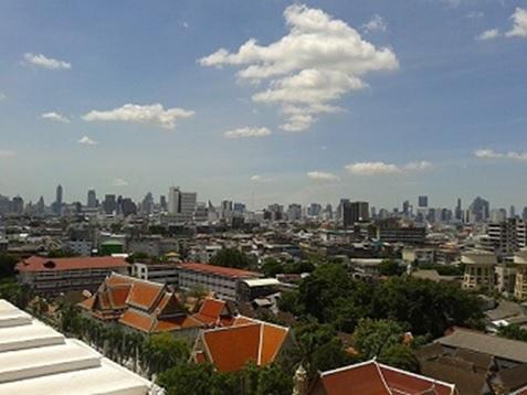 郊外から見るバンコク中心部のスカイライン