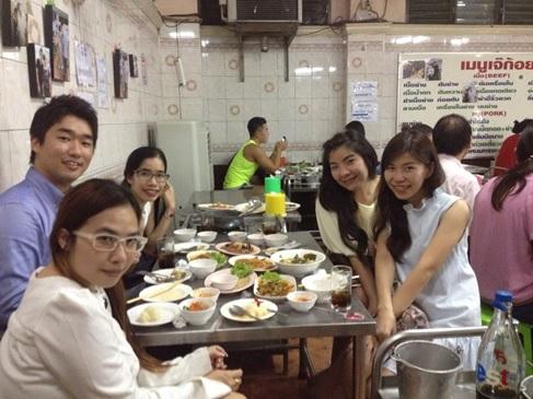 タイ人はとても親切です。タイ料理が好きと言うだけで店に連れて行ってくれます