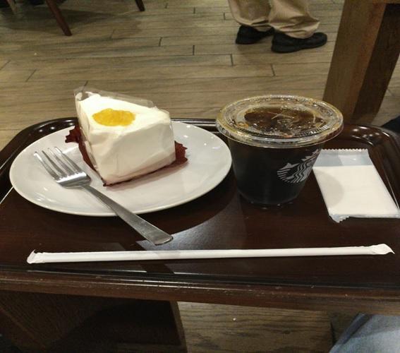 スターバックスでケーキとコーヒー